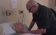 Très émouvant : 92 ans et il chante avec sa femme mourante leur chanson préférée